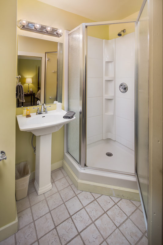 Main Inn Room 12 Guest Bath